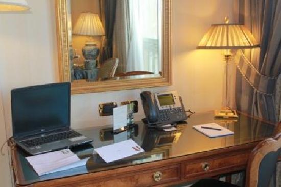 Le Vendome Beirut: Desk. Рабочий стол.