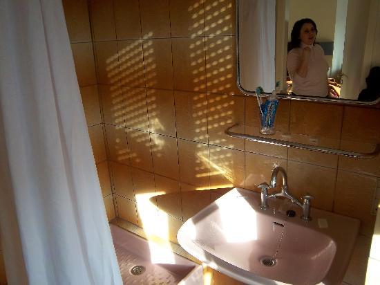 Esplanade Hotel: The bathroom, old fashioned and a bit grimy