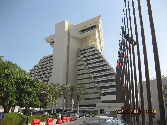 Sheraton Grand Doha Resort & Convention Hotel: Hotel from the driveway