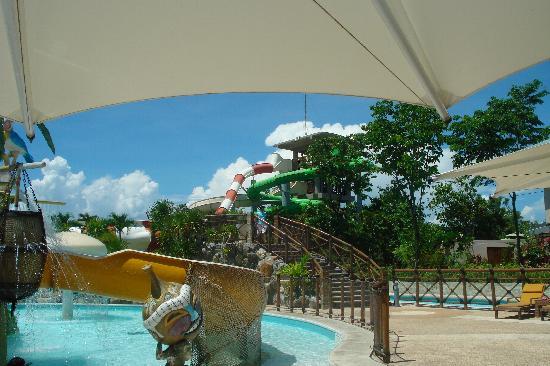 JPark Island Resort & Waterpark, Cebu : the way to the waterslide