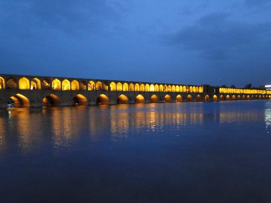 Isfahán, Irán: 33 Pol Bridge by Night