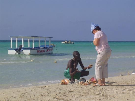 Royal Decameron Montego Beach : Négril, un vendeur de coquillage