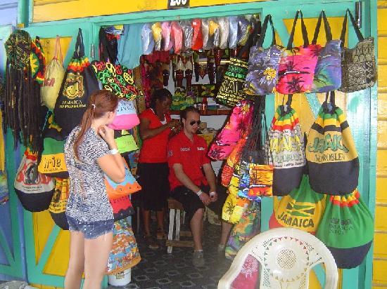 Royal Decameron Montego Beach : Petit marché au puces tout près de l'hôtel, entre 2 commerces