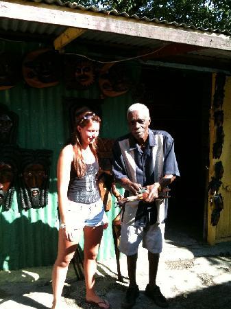 Royal Decameron Montego Beach : Un artisan du bois près de l'hôtel dans le marché aux puces