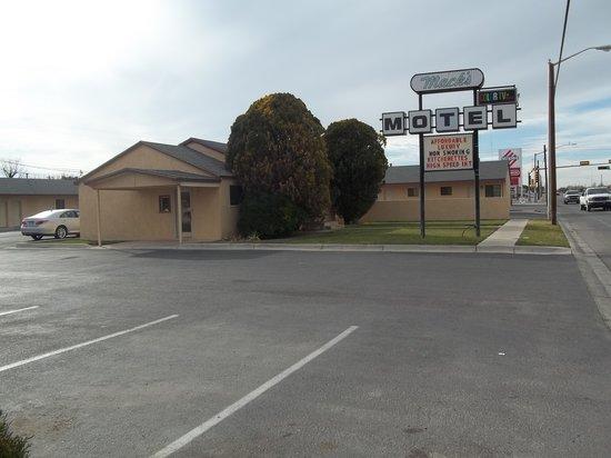 Mack's Motel: Outside View