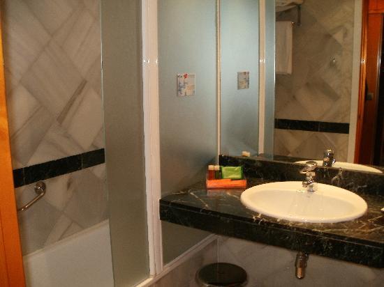 NH Amistad Murcia: bathroom