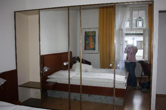 Hotel Carlton Astoria: Secret bathroom! See the door handle on the mirror? I didn't, haha.