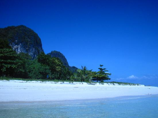 Yataa Island Resort: Beach  ...