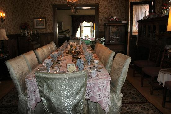 Calumet and Arizona Guest House: Magnificent dining table and antiques