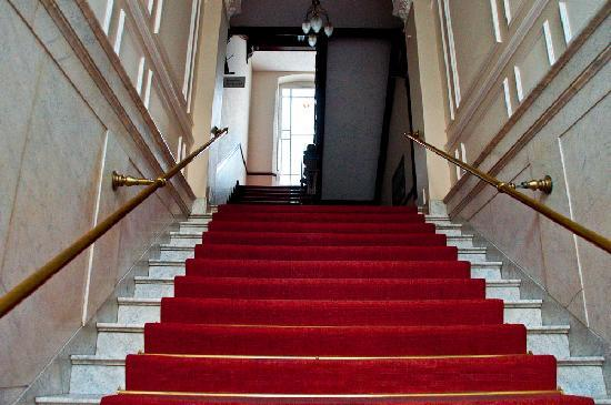 Hotel Vivaldi Berlin: Stairs from the hotel entrance to reception