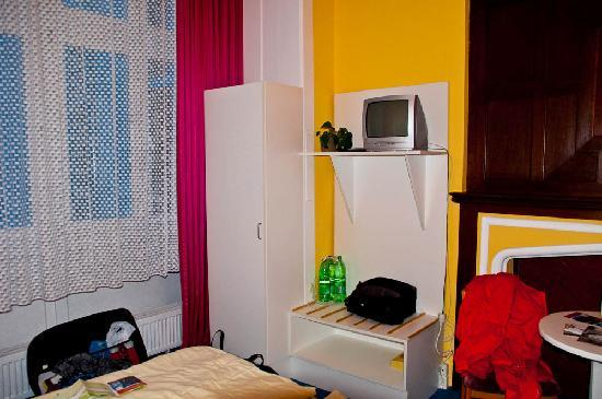 Hotel Vivaldi Berlin: TV set and wardrobe
