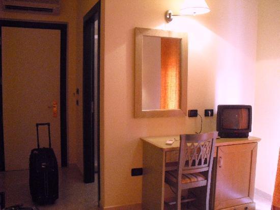 Hotel Rosa dei Venti : tavolino con specchio