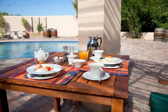 De Leeuwenhof Hotel/Guesthouse: breakfast around the pool