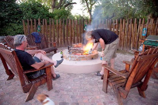 De Leeuwenhof Hotel/Guesthouse: come and sit around the fire and the pool