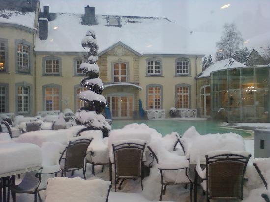 Vue sur la piscine exterieure picture of chateau des for Chaudfontaine piscine