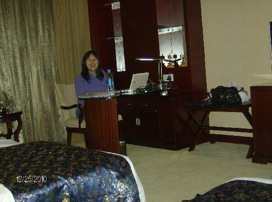 Tibet Hotel: Large desk for checking your mail etc.