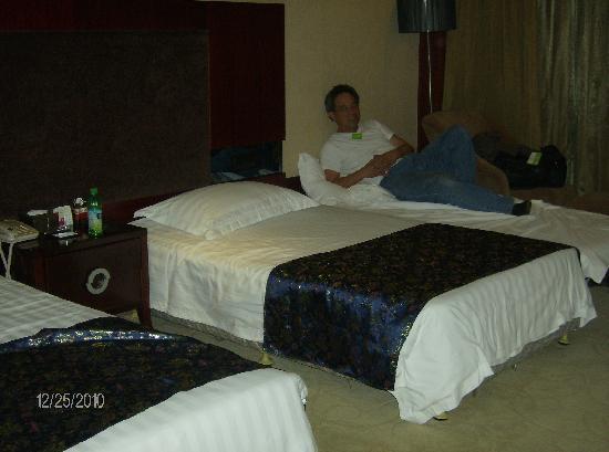 Tibet Hotel: Roomy beds