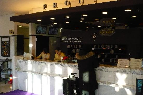 Toyoko Inn Seoul Dongdaemun: Front desk with their able hotel staff