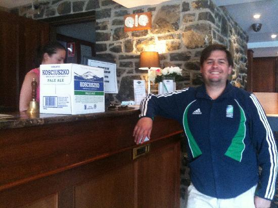 Banjo Paterson Inn: Buying a carton of Mount Kosciuszko Pale Ale