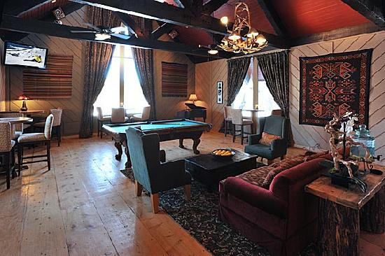 Sierra Nevada Resort & Spa: Open pool table in the lounge