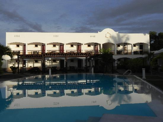 Panglao Regents Park Resort: Shot from the other side of the Pool