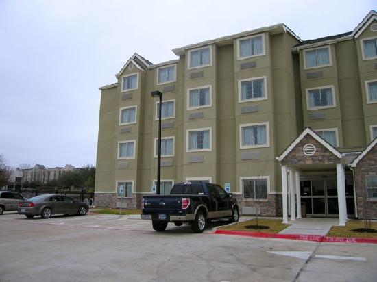 Microtel Inn and Suites by Wyndham Austin Airport: Front of Microtel, Austin hotel