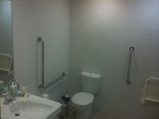 Paihia Beach Resort & Spa: Eur 360 per night room bathroom ... I think not.