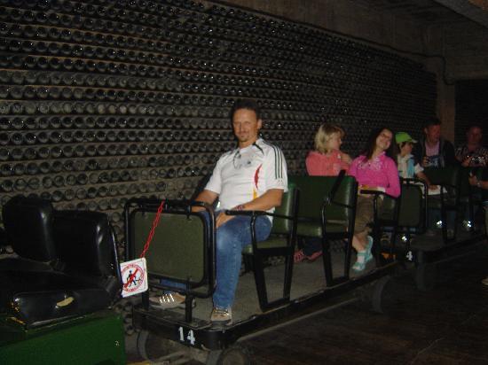 Sant Sadurní d'Anoia, España: Der Zug zu den Lagerräumen