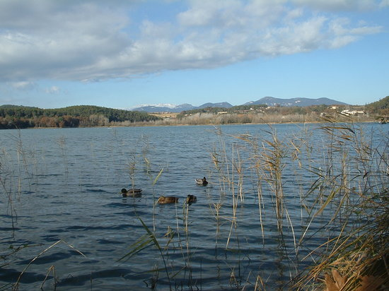 Lago de Bañolas: Looking towards the Pyrenees