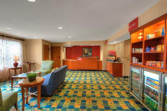 TownePlace Suites Manchester-Boston Regional Airport: Front Desk & Lobby