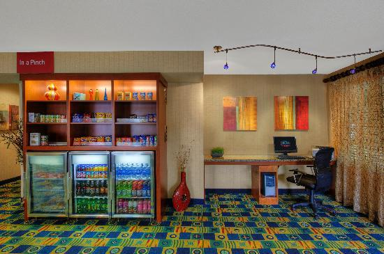 TownePlace Suites Manchester-Boston Regional Airport: Business Center & Market