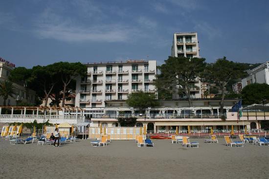 Diana Grand Hotel: Blick vom Strand auf das Hotel (Zimmer sind nur im linken Bau - nicht im Hochhaus)