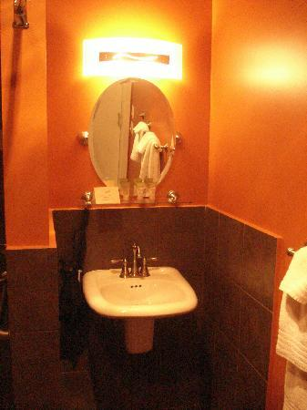 Pacific Blue Inn: Large clean bathroom