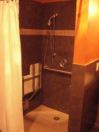 Pacific Blue Inn: Large shower