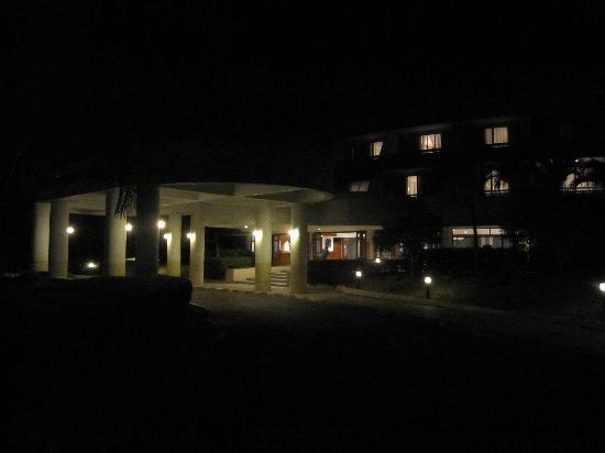 The Royal Chiangmai Golf Resort: ホテルフロント夜風景