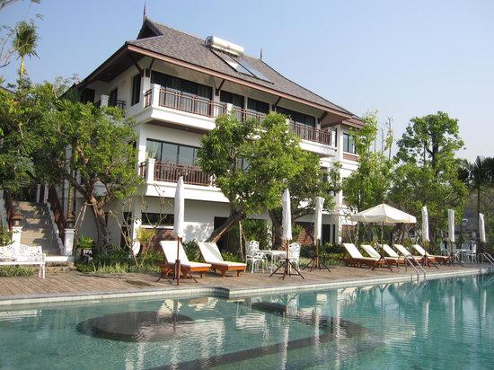 Mae On, Thailand: プールサイドと宿泊棟