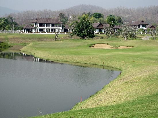 Chiangmai Highlands Golf and Spa Resort : コースから宿泊棟