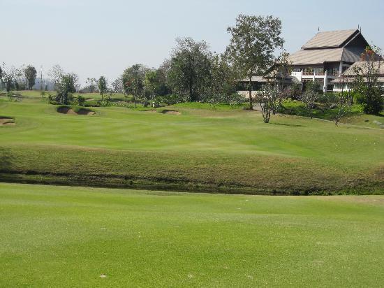 Chiangmai Highlands Golf and Spa Resort : コースからクラブハウス