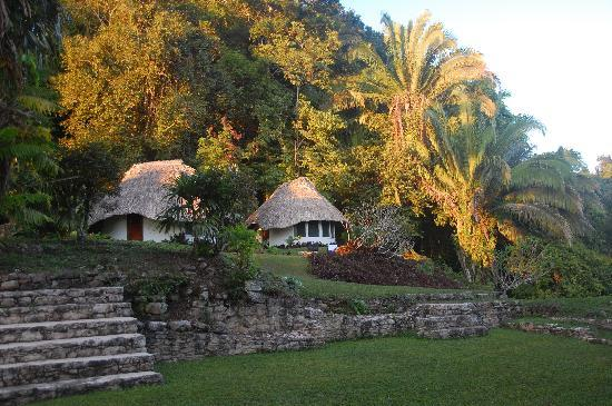 Pook's Hill Lodge: Cabañas surrounding Mayan plazuela