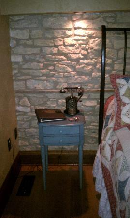 Copperstone Inn: antiquey looking night stand with working phone and chocolates