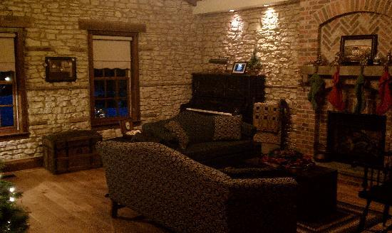 Copperstone Inn: Common area outside the 1858 limestone loft. The piano is just for looks (out of tune with some