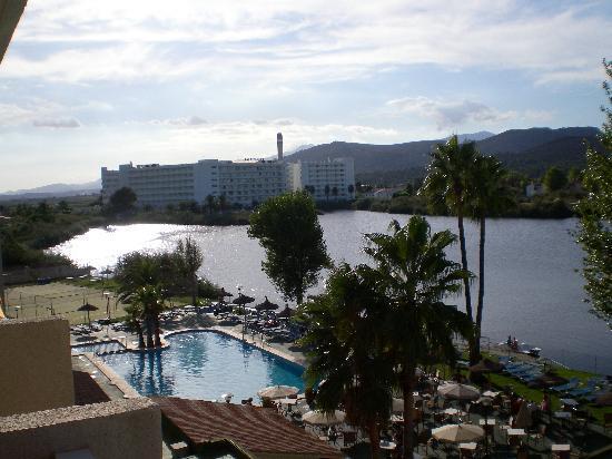 Grupotel Amapola: Blick vom Balkon über den Swimmingpool und den Lago Esperanza