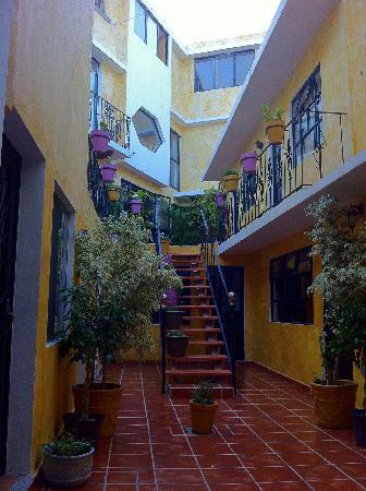 Casa Mexicana: View hostel from inside courtyard