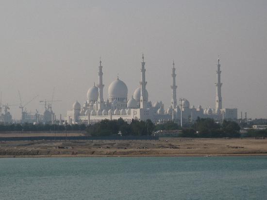 Shangri-La Hotel, Qaryat Al Beri, Abu Dhabi: Aussicht vom Hotel zur Moschee
