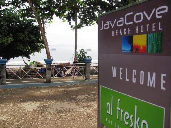 JavaCove Beach Hotel: beach in the front of hotel