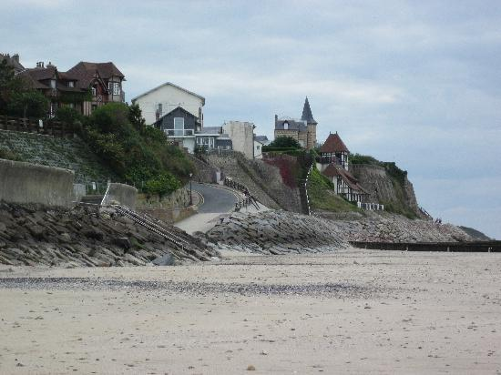 Villerville, Francia: View down the beach
