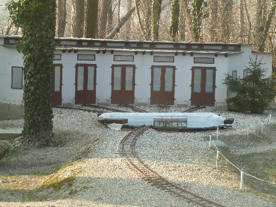 Auparkbahn: Lokschuppen