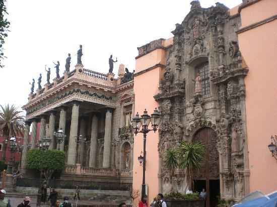 Hotel La Casona de Don Lucas: teatro juares a 100 metros del hotel