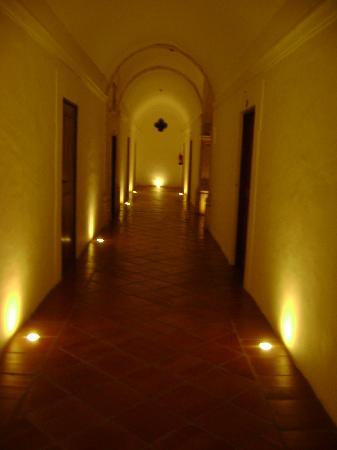 Monte do Carmo Hotel Rural: Corridor at night. Rural Hotel.