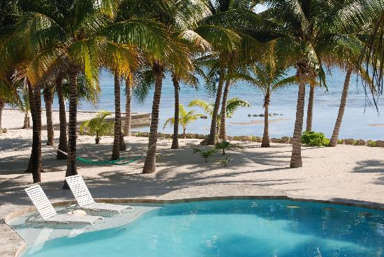 Coral Bay Villas: Pool on the private beach
